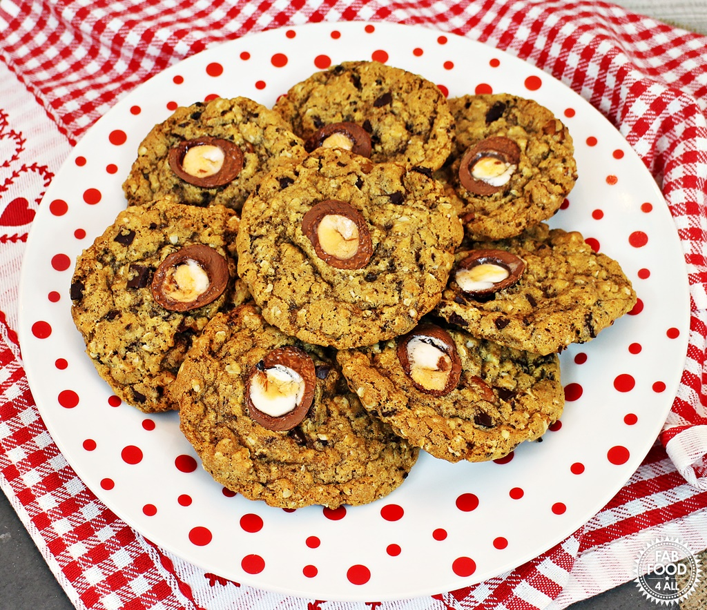 Easy Creme Egg Cookies - delicious chewy cookies perfect for Easter!via @fabfood4all